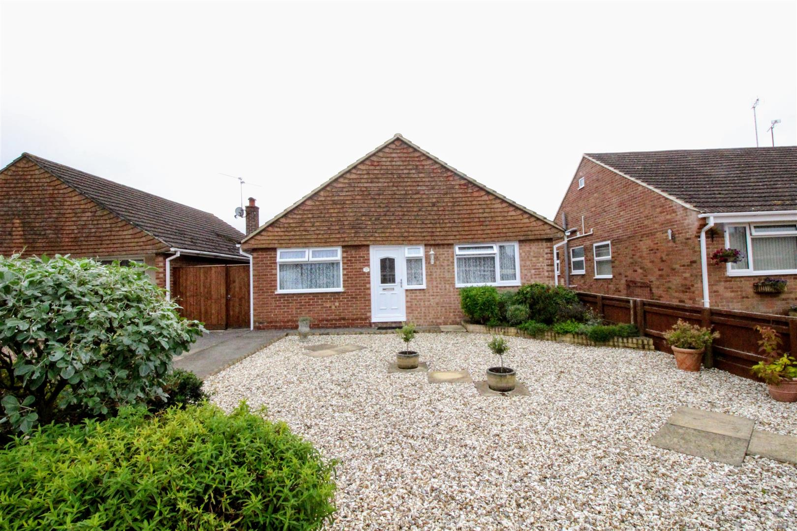 4 Bedrooms Bungalow for sale in Medina Way, Swindon
